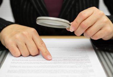 lendo_contrato_seguro_lupa