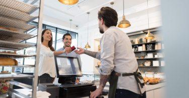 Funcionários pagando restaurante